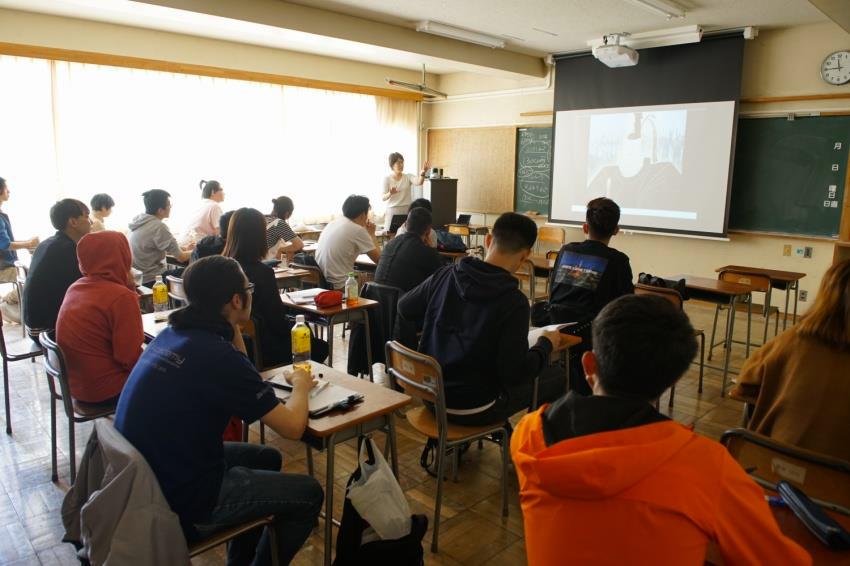 青森からの遠隔授業を受ける学生。東京ではチューター役の先生が担当